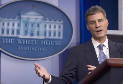米ホワイトハウスで記者会見するアラン・クルーガー氏=2011年11月(AP=共同)