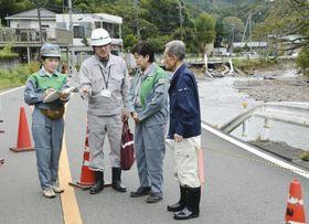 東京都日の出町で被害状況の説明を受ける小池百合子知事(右から2人目)=16日午後0時45分