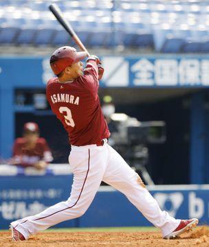DeNAとの練習試合の4回、本塁打を放つ楽天・浅村=横浜