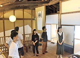 完成したスペースの出来栄えを確認する学生たち=松江市美保関町美保関、大正館柘榴