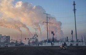 石炭火力発電所の煙が上がる中国山西省の町=2015年(ゲッティ=共同)