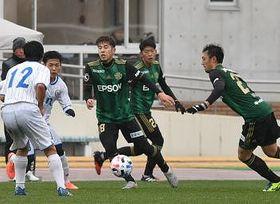 城西国際大との練習試合で攻め込む松本山雅の(右から)鈴木、吉田、高木彰