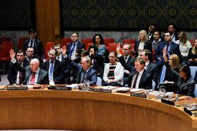 停戦決議案の採択を行う国連安全保障理事会の出席者ら=24日、ニューヨーク・国連本部(ロイター=共同)