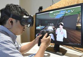 VR空間内に入り、坪倉輝明さんを取材する記者=東京都渋谷区