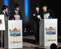 第1ラウンドで松江高専チーム(左)と対戦する弘前高校チーム(右から石郷岡さん、長利さん)=17日、東京・渋谷区