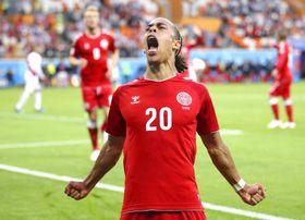 ペルー―デンマーク 後半、先制ゴールを決め喜ぶデンマークのポールセン=サランスク(ゲッティ=共同)