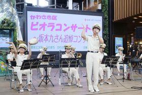 坂本九さんの追悼コンサートで演奏する川崎市消防音楽隊のメンバーら=12日午後、川崎市