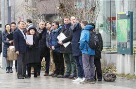 札幌市中心部の大通公園を視察する国際オリンピック委員会、ワールドアスレチックス、大会組織委員会の担当者ら=14日午前