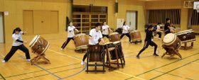 全国大会に向け、練習に打ち込む「郷花」のメンバー=霧島市牧園の高千穂小学校