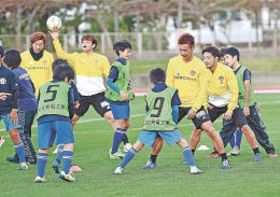 子どもたちとゲームを楽しむ選手たち。左から石原、永戸、菅井、富田