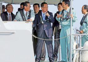 ノリ養殖漁場を船上から視察する吉川農相(中央)=佐賀県白石町沖