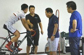 青森県内の指導者、関係者に指導をする湯川竜さん(左から2人目)=7月21日、八戸市東運動公園