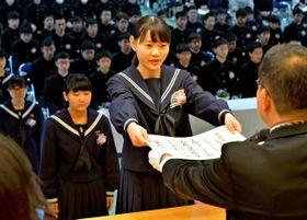 卒業証書を授与される本庄中卒業生=16日午前、国富町本庄