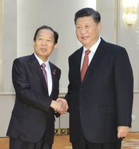会談を前に、中国の習近平国家主席(右)と握手する自民党の二階幹事長=24日、北京の人民大会堂(代表撮影・共同)