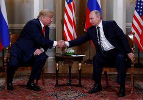 16日、フィンランド・ヘルシンキで握手を交わすトランプ米大統領(左)とロシアのプーチン大統領(ロイター=共同)