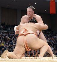 千代大龍(手前)のつき膝で6勝目を挙げた栃ノ心。初の年間最多勝を確定させた=福岡国際センター