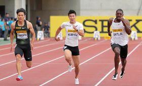 男子100メートルで4位だった桐生(中央)。右は優勝したガトリン、左は2位の山県=ヤンマースタジアム長居