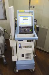 人工心肺装置「ECMO(エクモ)」の本体(日本臨床工学技士会提供)