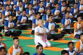 21日、「国際ヨガの日」に合わせインド北部デラドゥーンでヨガを行うモディ首相(ロイター=共同)