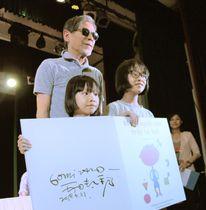 講演後、子どもたちと記念撮影する五味太郎さん(左上)=21日、ハノイ(共同)