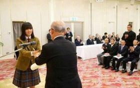 越宗孝昌県体協会長から表彰されるテニスの平田歩選手=岡山市