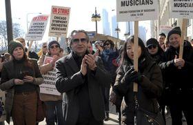 ストライキ中の米シカゴ交響楽団員らが開いた記者会見に姿を見せた音楽監督のムーティ氏(中央)=12日、シカゴ(シカゴ・トリビューン提供、AP=共同)