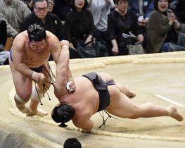 稀勢の里(右)がすくい投げで栃煌山に敗れる=福岡国際センター