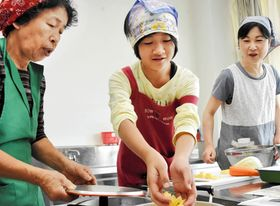 地元の特産品を使った料理に挑戦する参加者