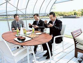 カニのみそ汁などを試食する鈴木康友浜松市長(右)、影山剛士湖西市長(中央)ら=20日午前、浜松市西区の浜名漁協雄踏支所