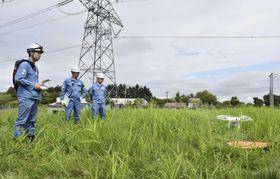 停電を想定した災害復旧訓練で、送電線の損傷を把握するためドローンを飛ばす北海道電力社員=22日午前、北海道滝川市