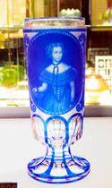 エリザベート皇后の肖像を精巧に彫ったグラス