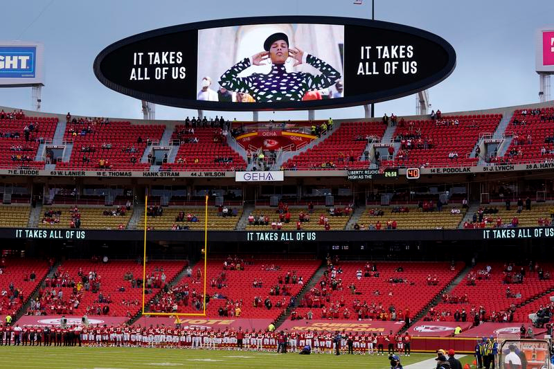 NFLの2020年シーズンの開幕戦、チーフス―テキサンズの試合前のセレモニー(AP=共同)