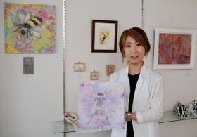 【合同作品展示・販売展への来場を呼び掛ける松岡さん=亀山市東町商店街の「ギャラリーKUSUKUSU」で】