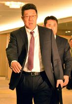 12球団監督会議に出席する佐々岡監督(左)