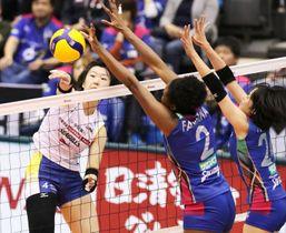 第2セット、岡山シーガルズの吉岡美晴(左)がアタックを決め、15-15とする=神戸総合運動公園体育館
