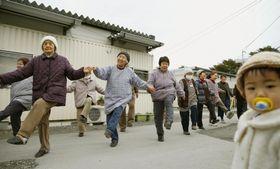 2016年、東日本大震災の仮設住宅で体操をするお年寄り=岩手県陸前高田市