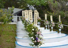 学童疎開船「対馬丸」が撃沈された事件から75年となり、慰霊祭が開かれた那覇市の碑「小桜の塔」=22日午前