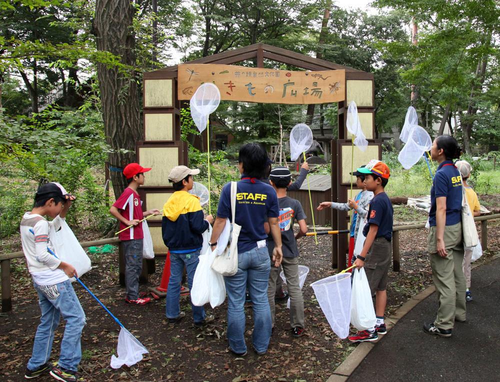 生きもの探しに出発する子どもたちとスタッフ。中央後ろ姿が天野未知さん=東京・井の頭自然文化園