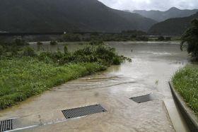 台風20号の通過によって和歌山県新宮市では熊野川(左奥)が氾濫した=8月24日