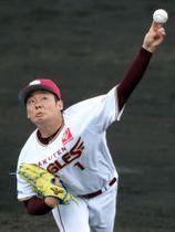 東北楽天―日本ハム 9回に5番手で登板し、無失点に抑えた東北楽天の松井=23日、金武町ベースボールスタジアム