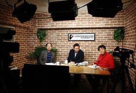 「マル激トーク・オン・ディマンド」の収録に臨む(左から)瀬木比呂志さん、神保哲生さん、宮台真司さん。「パブリックではなく、ヒエラルキーの中で認められたいという裁判官が多い。上にいる人はそういう人たちばかり」と瀬木さんは分析する=2月3日、東京都品川区のスタジオ(撮影・牧野俊樹)