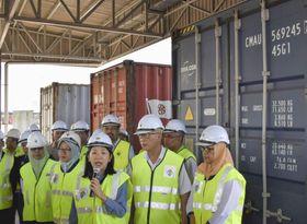 不法輸入のプラごみが入ったコンテナを背に、記者団に説明するヨー・ビーイン環境相(中央)=20日、マレーシア・ペナン港(共同)
