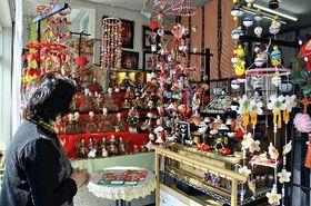 つるし飾りやひな人形が飾られた店舗