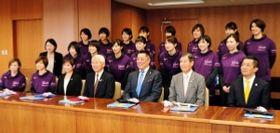 兵庫県の井戸敏三知事を表敬訪問したヴィクトリーナ姫路の選手ら