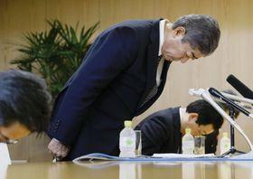 秋田市の穂積志市長との会談で謝罪する岩屋防衛相=17日午後、秋田市役所