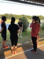 順大で教授、陸上部女子監督として女性選手のコンディショニングやコーチングに尽力している鯉川なつえさん(中央奥)