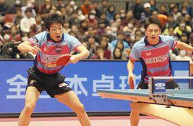 男子ダブルスで優勝した水谷(左)、大島組