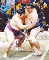 朝乃山(左)が寄り切りで妙義龍を下す=福岡国際センター