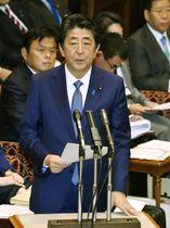 参院予算委で台風19号の対応について報告する安倍首相=16日午前