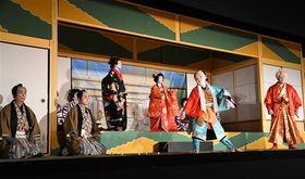 保存会の会員らが堂々と役を演じる昨年の定期公演の様子=2018年9月22日、浜松市天竜区佐久間町浦川